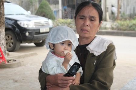Bé Nguyễn Ánh Ngọc còn quá thơ dại chưa cảm nhận được nỗi đau mất bố