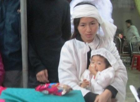Chị Nguyễn Thị Đạt buồn đau trước sự ra đi quá đột ngột của chồng