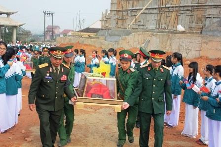Bà con các bộ tộc Lào tiễn đưa các liệt sĩ, quân tình nguyện Việt Nam về với đất mẹ