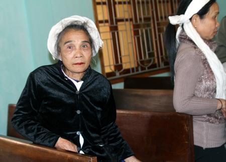 Mẹ của nạn nhân trong vụ lật xe gỗ.