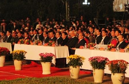 Các đại biểu tham dự kỷ niệm 1300 năm khởi nghĩa Hoan Châu và khai mạc lễ hội Đền vua Mai năm 2013