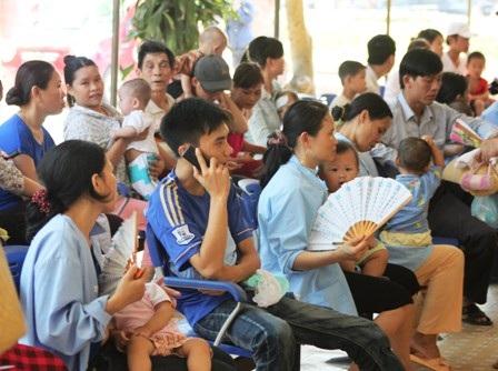 Lượng bệnh nhi đến khám, điều trị tại BV Sản Nhi Nghệ An tăng đột biến do nắng nóng