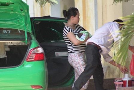 Taxi là phương tiện được phụ huynh lựa chọn đưa con đến bệnh viện ngày nắng nóng