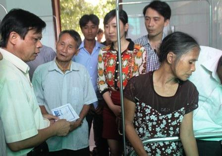 Đại diện Sở GD&ĐT và Ban ATGT tỉnh Nghệ An thăm hỏi, hỗ trợ gia đình em Lê Thị Loan.