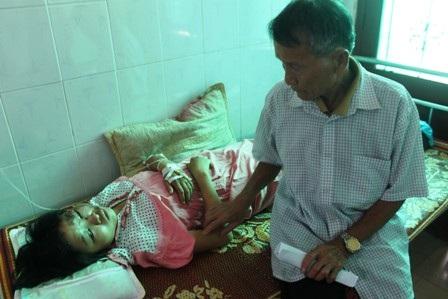 Ông Lê Văn Ban (75 tuổi) chăm sóc em Loan.