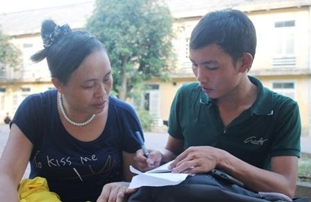 Chị Hà trình bày sự việc cho PV (Ảnh: Nguyễn Duy)