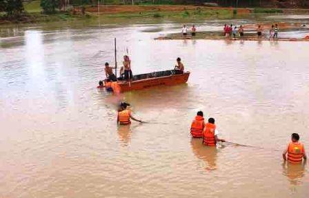Lực lượng cứu hộ tìm kiếm thi thể em Hưng (Ảnh: Ngọc Phương)
