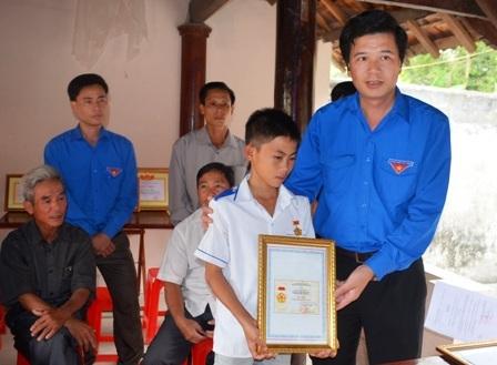 """Trao Huy hiệu """"Tuổi trẻ dũng cảm"""" cho em Lê Văn Được"""