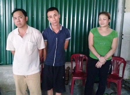 3 đối tượng Bé, Việt, Yến (từ trái sang) bị bắt quả tang tại nhà Yến