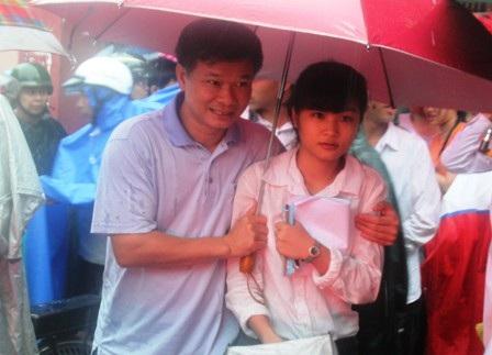 Hai bố conche chung ô.