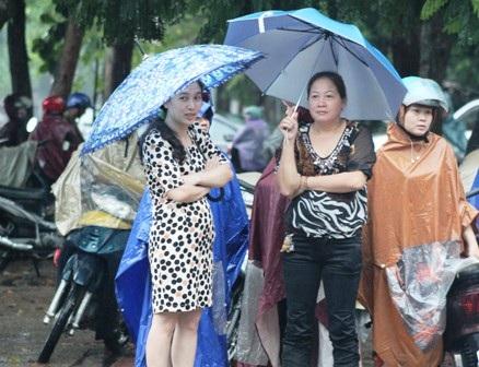 Che ô đợi con trong cơn mưa lớn.