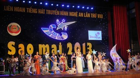 Ca sỹ Bùi Lê Mận giao lưu cùng khán giả xứ Nghệ.