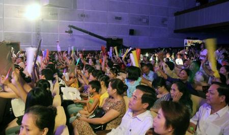 Khán giả xứ Nghệ hào hứng trong đêm chung kết giải Sao Mai 2013.