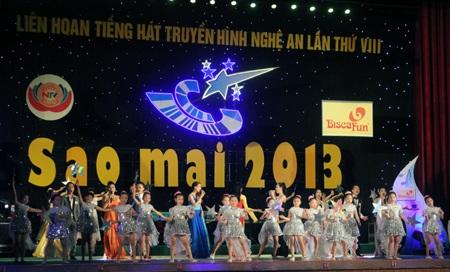Các em thanh, thiếu nhi nhà văn hóa thiếu nhi Việt Đức mở màn cho đêm chung kết giải Sao Mai 2013.