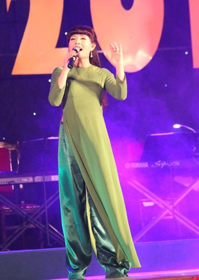 Ca sĩ Bùi Lê Mận thể hiện bài hát Neo đậu bến quê trong đêm chung kết Sao Mai 2013 Nghệ An.