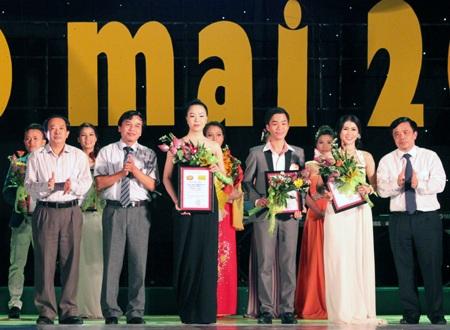 Ban tổ chức trao giải Nhì cho 3 thí sinh.