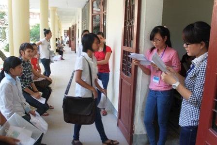 Giám thi kiểm tra, đối chiếu thí sinh và thẻ dự thi