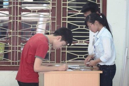 Thí sinh nộp lệ phí thi và hoàn tất thủ tục dự thi (Ảnh: Nguyễn Duy).
