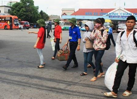 Từ sáng ngày 2/7, thí sinh và người nhà đã nườm nượp đổ về Vinh để lai kinh ứng thí (Ảnh: Hồ Hà)