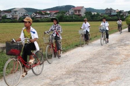 Người dân làng Văn Hà đưa con đến điểm trường lẻ khai giảng sáng 5/9. (Ảnh: Doãn Hòa)