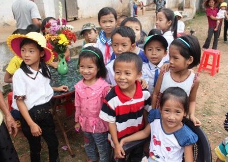 Nụ cười hồn nhiên của các em học sinh trong ngày lễ khai giảng vắng giáo viên. (Ảnh: Doãn Hòa)