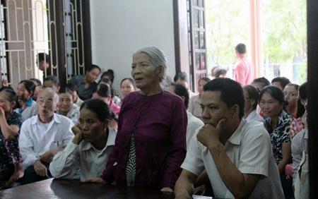 Người mẹ già đã ngoài 80 tuổi yêu cầu hội đồng xét xử nghiêm trị hành động của đứa con trai mình.