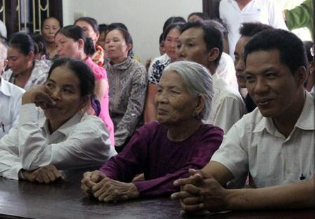 Ngồi bên cạnh người mẹ ông Hồ Đăng Cửu (em trai ruột ông Đề) chăm chú theo dõi phiên tòa.