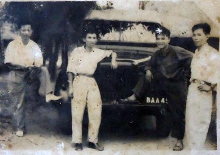 Nhà báo Trần Văn Thông (thứ 2 từ trái qua) được công nhận là liệt sĩ sau 49 năm hy sinh.