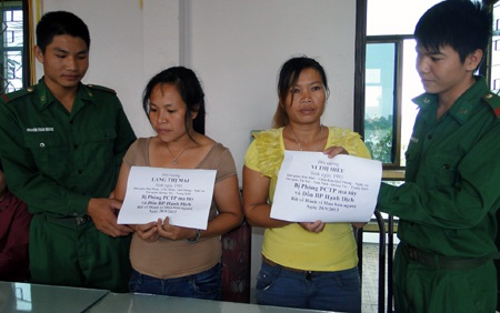 Hai đối tượng Mai và Hiểu bị lực lượng Bội đội biên phòng Nghệ An phối hợp cùng CSGT 1-5 bắt giữ.