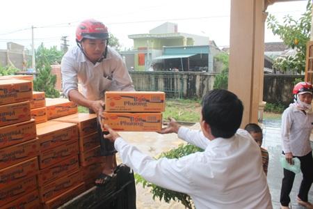 Những thùng mì tôm cứu trợ được vận chuyển đến xã Quỳnh Trang, TX Hoàng Mai