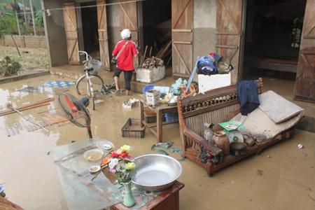 Người dân Quỳnh Trang, TX Hoàng Mai dọn dẹp lại nhà cửa sau trận lũ lịch sử