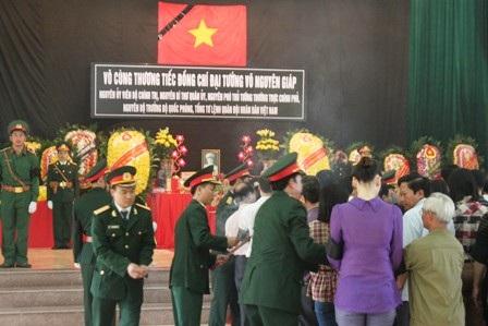 Cụ Nguyễn Đình Khánh (95 tuổi) tuy tuổi cao sức yếu vẫn cố gắng tới viếng Đại tướng