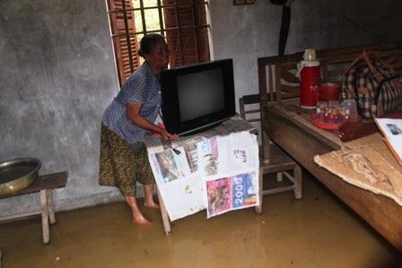 Bà Trần Thị Tiêu (65 tuổi, xã Hưng Lợi) sống đơn thân di chuyển đồ lên cao tránh lũ