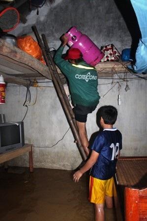 Anh Bùi Văn Hùng (32 tuổi, xóm 5, xã Hưng Nhân, huyện Hưng Nguyên) đưa đồ lêngác tránh lũ