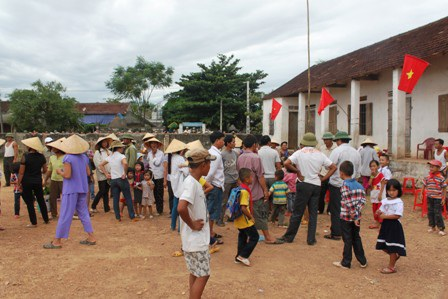 Phụ huynh làng Vân Hà phản đối chủ trương sát nhập trường lớp. (Ảnh: Doãn Hòa)