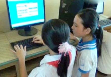 Một tiết học thực hành môn Tin học tại điểm trường chính trường tiểu học Quang Sơn.