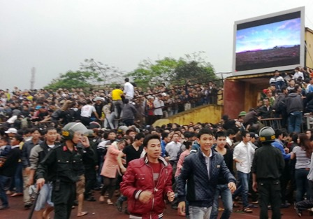 Thót tim cảnh CĐV Nghệ An leo tường, đu dây điện xem bóng đá