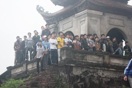 CĐV leo lên cả cổng thành Vinh - di tích lịch sử để xem bóng đá