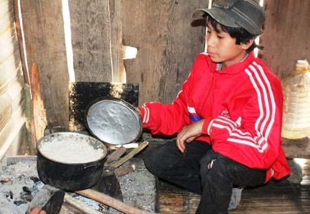 Học sinh trường PTDT bán trú-THCS Nậm Típ, huyện Kỳ Sơn sẽ có gạo trong dịp gần Tết Giáp Ngọ.