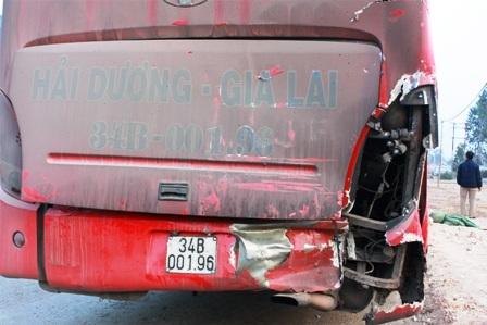 Phần đuôi chiếc xe khách vỡ vụn. Hơn 20 hành khách trên xe được một phen hú vía