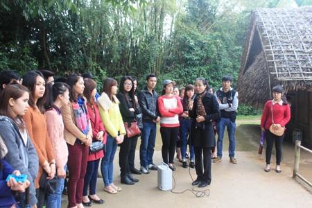 Các lưu học sinh nghe thuyết minh về cuộc đời, thân thế, sự nghiệp Chủ tịch Hồ Chí Minh.