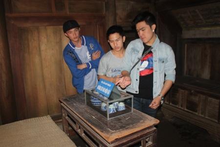 Lưu học sinh Lào xúc động khi nhìn thấy những hiện vật gắn liền với tuổi thơ của Bác Hồ.