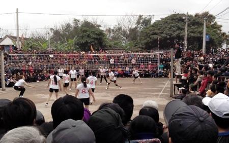 Trận chung kết bóng chuyền giữa xã Thịnh Sơn - Lưu Sơn vào chiều 19/2 kịch tính, hấp dẫn người xem