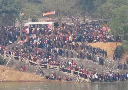 Hàng vạn người đứng ken đặc hai bờ sông theo dõi hội đua thuyền truyền thống