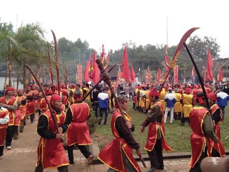 Phần lễ xuất thần, lộn quân thủy bộ được tái hiện trong lễ hội