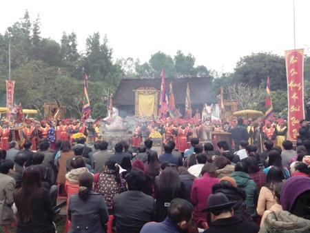 Lễ hội đền Quả Sơn năm 2014 thu hút hàng vạn người tham gia