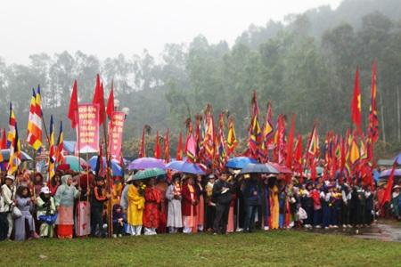 Hàng ngàn du khách thập phương đội mưa rét tham dự lễ hội Đền Vua Mai năm 2014.