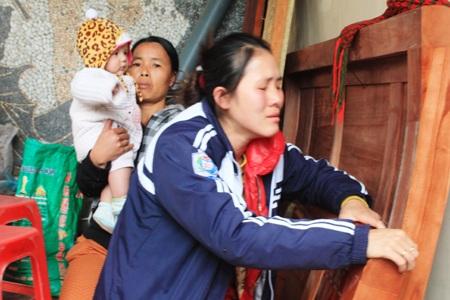 Chị Lê Thị Thảo (vợ anh Năng, cháu Đức) đau buồn trước vụ tai nạn cướp đi cả chồng và con