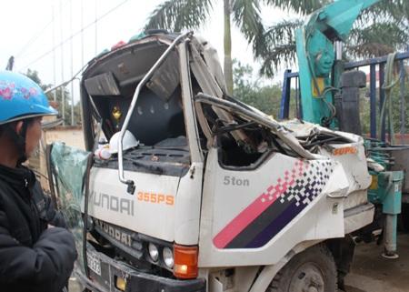 Chiếc xe cẩu kéo sập cổng nhà văn hóa huyện làm 3 người ngồi trên xe tử vong