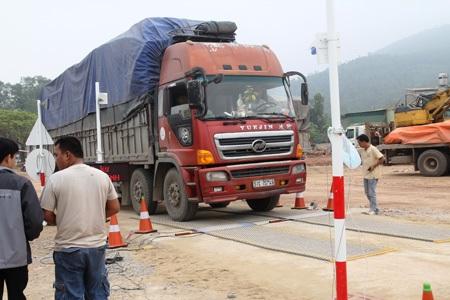 Các phương tiện được kiểm tra tại trạm cân di động đóng tại xã Diễn An, huyện Diễn Châu (Nghệ An)